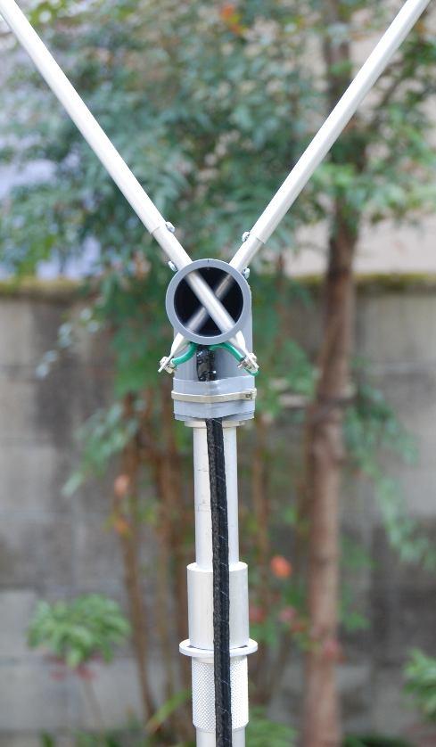 シンプルな構造の給電部分です 各エレメントは調整済みで組み立てはそれぞれに差し込むだけです